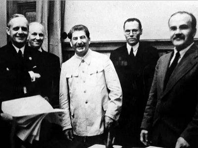 Риббентроп, Сталин, Молотов в Кремле 23 августа 1939 г. Источник — http://www.dw.com/