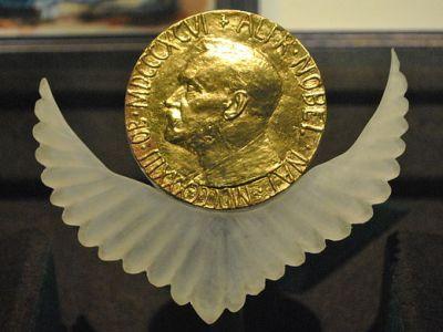 Нобелевская медаль мира. Источник: https://en.wikipedia.org/wiki/File:Medal_Nobel_Peace_Prize.jpg