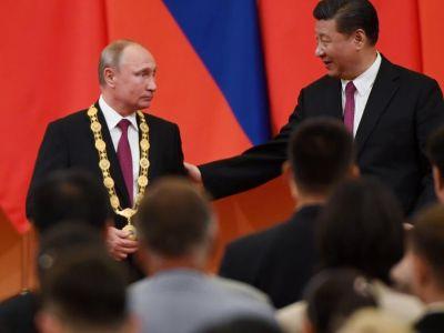 Председатель КНР Си Цзиньпин вручает орден Дружбы В.Путину. Фото: fishki.net