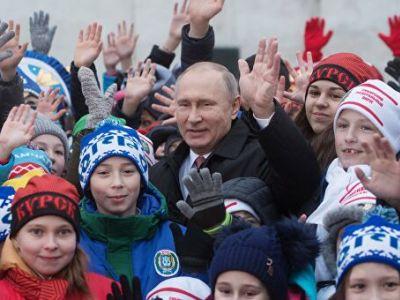 Президент России Владимир Путин во время встречи на Соборной площади с детьми — гостями Кремлевской елки, 26 декабря 2017 года. Фото: Алексей Дружинин/РИА Новости