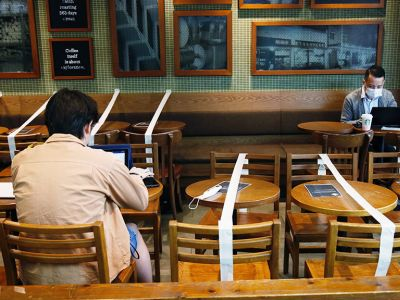 Кафе Starbucks в Гонконге. Фото: Tyrone Siu / REUTERS