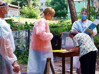 Голосование во дворе. Фото: Александр Воронин, Каспаров.Ru