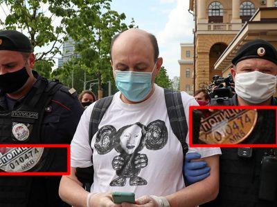 Полицейские с одинаковыми жетонами. Фото: Виктор Леонтьев / Twitter