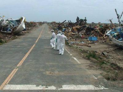 Спасательная группа в районе катастрофы в Фукусиме, март 2011. Фото: www.japantimes.co.jp